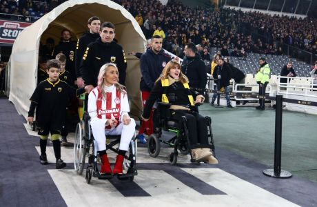 Η Τόνια και η Μυρτώ, φίλες του Ολυμπιακού και της ΑΕΚ αντιστοίχως, κατά την είσοδό τους στον αγωνιστικό χώρο του Ολυμπιακού Σταδίου πριν από την έναρξη του ντέρμπι των δύο ομάδων για τη Super League 1 2019-2020, Κυριακή 26 Ιανουαρίου 2020