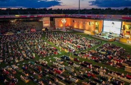 Με τον καναπέ τους στο γήπεδο βλέπουν Μουντιάλ οι Γερμανοί (PHOTO)