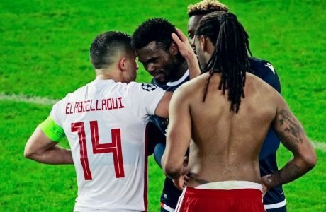 Ελαμπντελαουί και Σεμέδο παρηγορούν τον Ζάντερ, τον Βραζιλιάνο μπακ του Ερυθρού Αστέρα που υπέπεσε στο πέναλτι και έδωσε την ευκαιρία στον Ελ Αραμπί να σκοράρει από την άσπρη βούλα, χαρίζοντας στον Ολυμπιακό τη νίκη - πρόκριση στην φάση των 32 του Europa League (11/12/2019) - ΦΩΤΟΓΡΑΦΙΑ: ΤΑΚΗΣ ΣΑΓΙΑΣ / EUROKINISSI