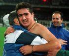 Ο Νίκος Μαχλάς στην αγκαλιά του Μίμη Παπαϊωάννου αμέσως μετά το 1-0 της Εθνικής επί της Ρωσίας, πριν από τα τελικά του Μουντιάλ '94