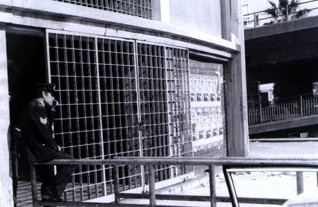 Η Θύρα 7, λίγο μετά την τραγωδία, φυλάσσεται από αστυνομικό
