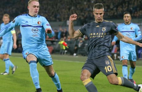 Fenerbahce's Robin van Persie, center, and Feyenoord's Rick Karsdorp vie for the ball during the Group A Europa League soccer match between Feyenoord and Fenerbahce at De Kuip stadium in Rotterdam, Thursday, Dec. 8, 2016. (AP Photo/Peter Dejong)