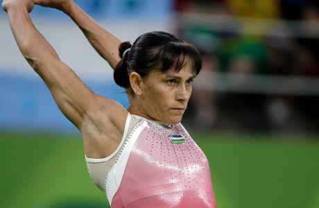 Η Ακσάνα Τσουσαβίτινα ετοιμάζεται για την προσπάθειά της στη δοκό ισορροπίας κατά τη διάρκεια των προκριματικών της ενόργανης γυμναστικής στους Ολυμπιακούς Αγώνες 2016, Ρίο ντε Ζανέιρο, Κυριακή 7 Απριλίου 2016