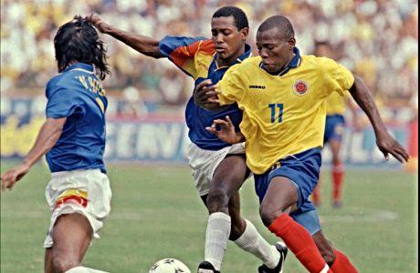 Ο Φαουστίνο Ασπρίγια σε αναμέτρηση της Κολομβίας με το Εκουαδόρ για τα προκριματικά του Παγκοσμίου Κυπέλλου 1998