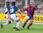 """Ο Ρονάλντο με αντίπαλο την Ίντερ στον τελικό του τουρνουά """"Γκάμπερ"""" του 1996, στη δεύτερη εμφάνισή του με τα χρώματα της Μπαρτσελόνα (21/8/1996)."""