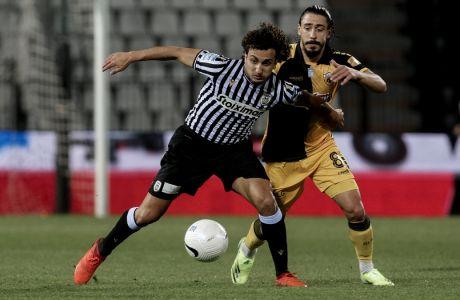 Ουάρντα και Σιμόες διεκδικούν τη μπάλα στο ισόπαλο, με σκορ 2-2, ντέρμπι ΠΑΟΚ - ΑΕΚ στην Τούμπα, για την 18η αγ. της Super League Interwetten.