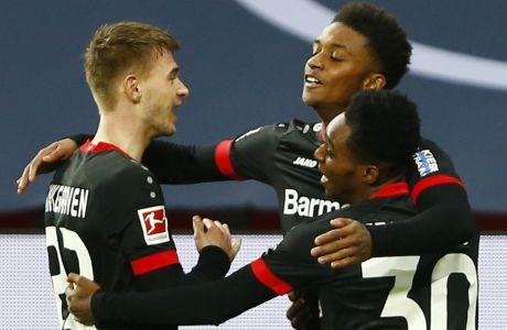 Ο Γκρέι πανηγυρίζει με τους Φρίμπονγκ και Σίνγκραβεν το τέρμα που πέτυχε για λογαριασμό της Λεβερκούζεν σε αναμέτρηση της Bundesliga κόντρα στη Στουτγκάρδη, στην BayArena | 06/02/2021 ⓒ 2021 Thilo Schmuelgen/Associated Press