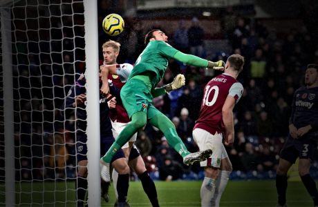 Ο Ρομπέρτο της Γουέστ Χαμ κάνει λάθος σε αναμέτρηση με την Μπέρνλι για την Premier League 2019-2020 στο 'Τερφ Μουρ', Μπέρνλι, Σάββατο 9 Νοεμβρίου 2019