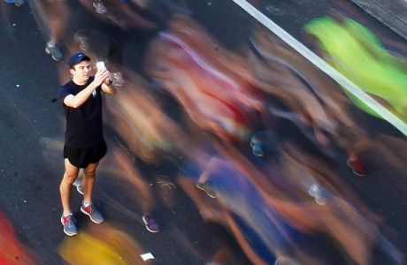 "A man takes a picture of himself among participants during the annual ""City2Surf"" fun run in central Sydney August 11, 2013. According to organizers, more than 85,000 participants entered the race that covers 14 km (8.7 miles) from Sydney's central business district to Bondi Beach, and supports several charities around the country. REUTERS/Daniel Munoz (AUSTRALIA - Tags: SOCIETY TPX IMAGES OF THE DAY SPORT ATHLETICS) - RTX12GQG"