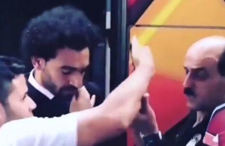 Η δυσαρέσκεια του Σαλάχ όταν οπαδός τον έπιασε στον τραυματισμένο ώμο