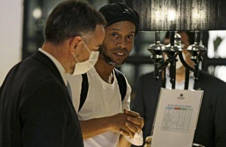 O Ροναλντίνιο, κατά την άφιξη του στο ξενοδοχείο όπου θα παραμείνει μέχρι τη δίκη του.