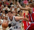 Ο Τζον Στόκτον προσπερνά τον Ντάρικ Μάρτιν των Λος Άντζελες Κλιπερς για να σκοράρει, σε αναμέτρηση για τον πρώτο γύρο των playoffs της σεζόν 1996-97.