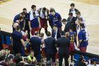 Ο Γιώργος Μπαρτζώκας δίνει οδηγίες στους παίκτες της Μπαρτσελόνα κατά τη διάρκεια ενός τάιμ άουτ