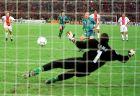 Ο Ρονάλντο ξεγελάει τον Μπερνάρ Λαμά και ευστοχεί στο πέναλτι, πετυχαίνοντας το μοναδικό γκολ του τελικού του Κυπέλλου Κυπελλούχων της σεζόν 1996/97, απέναντι στην Παρί Σεν Ζερμέν (14/5/1997).