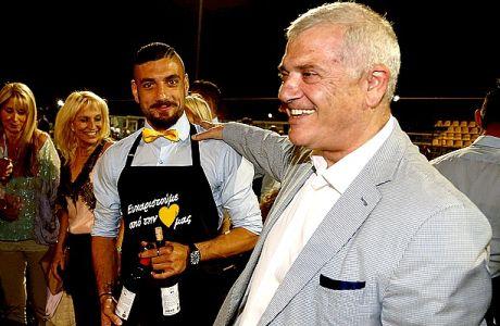 Η γιορτή της ΑΕΚ στα Σπάτα με τους παίκτες ντυμένους σερβιτόρους