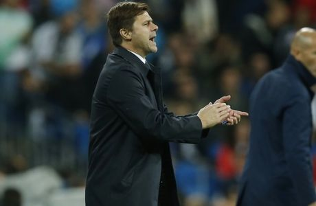 Tottenham coach Mauricio Pochettino applauds next to Real Madrid's head coach Zinedine Zidane during a Group H Champions League soccer match between Real Madrid and Tottenham Hotspur at the Santiago Bernabeu stadium in Madrid, Tuesday Oct. 17, 2017. (AP Photo/Paul White)