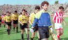 Παίκτες της ΑΕΚ και του Ολυμπιακού στον αγωνιστικό χώρο πριν από αναμέτρηση για την Α' Εθνική 1992-1993 στο 'Νίκος Γκούμας', Κυριακή 6 Ιουνίου 1993