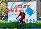 """""""Μείνετε στο σπίτι, μείνετε υγιείς"""", αφίσα στη Γερμανία."""