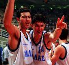 Ο Γιώργος Καράγκουτης και ο Ευθύμης Ρεντζιάς πανηγυρίζουν την κατάκτηση του χρυσού μεταλλίου στο Παγκόσμιο Πρωτάθλημα των Εφήβων, το 1995 στο ΟΑΚΑ
