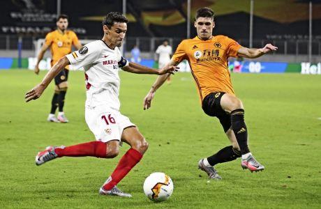 O Ρούμπεν Βινάγκρες μπαίνει στο δρόμο του Χεσούς Νάβας, στο ματς της Γουλβς με τη Σεβίλη, στις 11/8 του 2020, για τα προημιτελικά του UEFA Europa League.