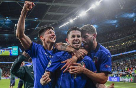 Ο Ζορζίνιο έχει βάλει το πέναλτι που διαμόρφωσε το τελικό 4-2 και όλη η Ιταλία γιορτάζει μαζί του, την πρόκριση στον τελικό