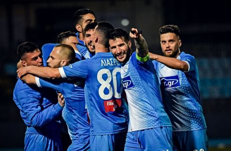 Οι ποδοσφαιριστές του ΠΑΣ Γιάννινα πανηγυρίζουν, πια, την άνοδο στη Super League, όχι μόνο μια νίκη.