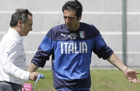 Italy coach Cesare Prandelli talks with his goalkeeper Gianluigi Buffon during a training session at the Maria Lamas Farache Stadium in Natal, Brazil, Sunday, June 22, 2014. Italy plays in group D of the Brazil 2014 soccer World Cup. (AP Photo/Antonio Calanni)