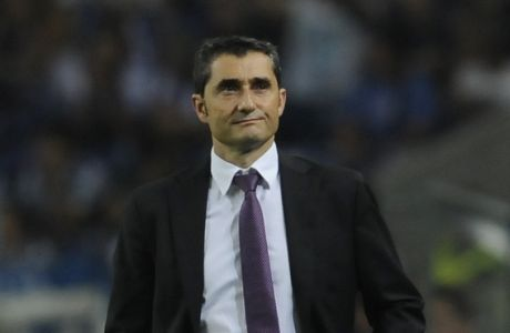 Bilbao's head coach Ernesto Valverde reacts during the Champions League Group H soccer match between FC Porto and Athletic Bilbao at Dragao Stadium in Porto, Portugal, Tuesday, Oct. 21, 2014. Porto won 2-1. (AP Photo/Paulo Duarte)