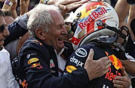 O Xέλμουτ Μάρκο, αγκαλιά με τον Μαξ Φερστάπεν, μετά το τελευταίο Grand Prix της Βραζιλίας, όπου ο Ολλανδός τερμάτισε πρώτος.