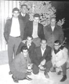 Στα τέλη της δεκαετίας του 60, Χριστούγεννα στο ανοιχτό γήπεδο του Μετς! Ο Θεοδόσης Καντόγλου, πρώτος καθιστός από αριστερά. Δίπλα του ο Αλέξος Κοντουβουνήσιος. Πάνω ο Αντώνης Γούναρης, ο Δημήτρης Αποστολάτος και ο εμβληματικός πατριάρχης του ΑΟ Παγκρατίου, Νότης Μαστρογιάννης