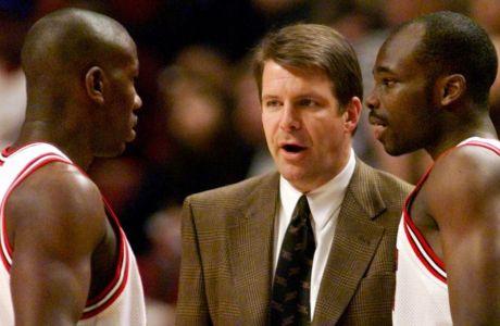 Ο Τιμ Φλόιντ συνομιλεί με παίκτες των Σικάγο Μπουλς, κατά το ξεκίνημα της σεζόν 1998-1999