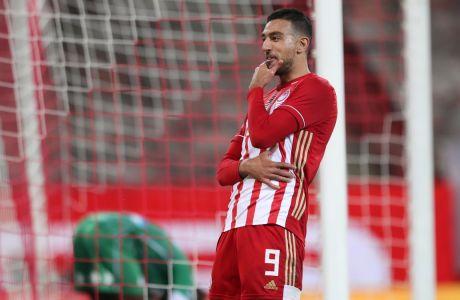 Με δύο γκολ του Αχμέντ Χασάν, ο Ολυμπιακός επικράτησε με σκορ 3-1 του Παναθηναϊκού με ανατροπή για την 3η αγ. των playoffs της Super League Interwetten και πανηγύρισε στο 'Γ. Καραϊσκάκης' την μαθηματική κατάκτηση του τίτλου. (KLODIAN LATO / EUROKINISSI)