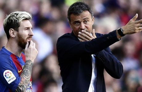 FC Barcelona's Lionel Messi, left, talks with his coach Luis Enrique during the Spanish La Liga soccer match between FC Barcelona and Deportivo Coruna at the Camp Nou in Barcelona, Spain, Saturday, Oct. 15, 2016. (AP Photo/Manu Fernandez)
