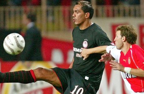 Ο Ζιοβανι κοντρολάρει την μπάλα, ενώ τον επιτηρεί ο Λούκας Μπερνάρντι. Στιγμιότυπο από την αναμέτρηση Ολυμπιακός-Μονακό, για το Champions League της περιόδου 2004-2005