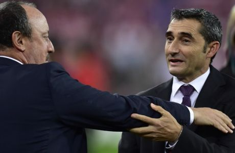 Real Madrid's head coach Rafa Benitez, left, shakes hands with Athletic Bilbao's head coach Ernesto Valverde,  at San Mames stadium in Bilbao, northern Spain, Wednesday, Sept. 23, 2015.  Real Madrid won the match 2-1. (AP Photo/Alvaro Barrientos)