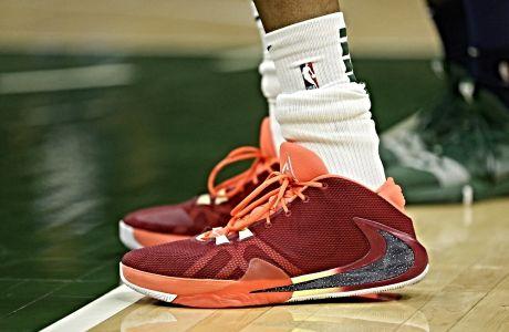 Τα παπούτσια  του σταρ των Μιλγουόκι Μπακς, Γιάννη Αντετοκούνμπο, κατά τη διάρκεια pre season αναμέτρησης με τους Μινεσότα Τίμπεργουλβς