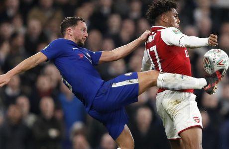 Ντάνι Ντρίνκγουότερ και Άλεξ Ιγουόμπι διεκδικούν την μπάλα σε αναμέτρηση Τσέλσι Άρσεναλ τον Ιανουάριο του 2018, στο Stamford Bridge του Λονδίνου. (AP Photo/Kirsty Wigglesworth)