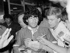 Ο Ντιέγκο Αρμάντο Μαραντόνα κατά την άφιξή του στη Ρώμη τον Ιούλιο του 1984