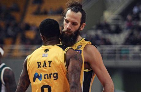 Ο Χάρης Γιαννόπουλος πανηγυρίζει με τον Κέντρικ Ρέι στη διάρκεια του αγώνα της ΑΕΚ με τον Παναθηναϊκό ΟΠΑΠ
