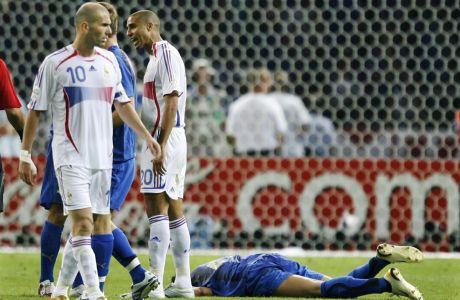 Ο Ζινεντίν Ζιντάν της Γαλλίας έπειτα από το χτύπημά του στον Μάρκο Ματεράτσι της Ιταλίας στον τελικό του Παγκοσμίου Κυπέλλου 2006 στο Ολυμπιακό Στάδιο Βερολίνου | Κυριακή 9 Ιουλίου 2020