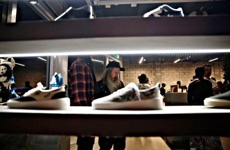 Τα sneakers με ενσωματωμένο τσαντάκι-μπανάνα μοιάζουν με ανέκδοτο
