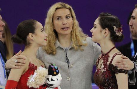 Η προπονήτρια καλλιτεχνικού πατινάζ Ετιέρι Τουτμπιερίτζε, με τις αθλήτριές της, Αλίνα Ζαγκίταβα (αριστερά) και Γεβγκένιγια Μιεντβιέντιεβα (δεξιά), ύστερα από τον τελικό στο ελεύθερο πατινάζ των Χειμερινών Ολυμπιακών Αγώνων 2018, Γκανγκνέουνγκ, Παρασκευή 23 Φεβρουαρίου 2018
