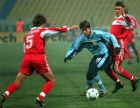 Ο Χάρι Κιούελ της Λιντς διεκδικεί την μπάλα από τον Ντιμίτρι Μπουσμάνοφ της Σπαρτάκ Μόσχας
