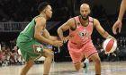 Οι ομάδες του NBA Celebrity All Star Game σε πλήρη δράση. O Chance The Rapper (πράσινη εμφάνιση) μαρκάρει τον  Common (ροζ εμφάνιση).