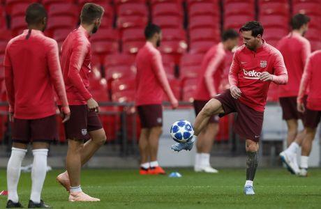 Ο Λιονέλ Μέσι στην προπόνηση της Μπαρτσελόνα πριν από αναμέτρηση του Champions League 2018-2019 με αντίπαλο την Τότεναμ στο 'Wembley' του Λονδίνου (AP Photo/Frank Augstein)