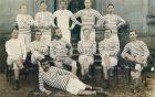 Η πραγματική Ντάργουιν της σεζόν 1897-1888. Ξαπλωμένος μπροστά, ο Φέργκους Σούτερ. Στη δεύτερη σειρά, πρώτος από αριστερά, ο Τόμι Μάρσαλ, που 'παίζει' και στη μίνι σειρά του Netflix