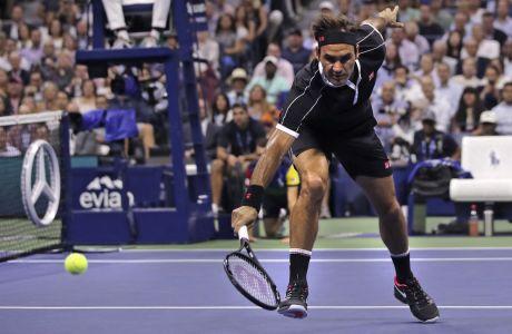 Ο Ρότζερ Φέντερερ σε στιγμιότυπο του αγώνα του με τον Γκριγκόρ Ντιμιτρόφ, για τα προημιτελικά του US Open 2019, Νέα Υόρκη, Τρίτη 3 Σεπτεμβρίου 2019