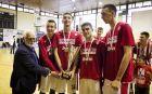 Ο γενικός γραμματέας της ΕΟΚ, Τάκης Τσαγκρώνης, απονέμει το τρόπαιο στον Ολυμπιακό, που πέρσι κατέκτησε το Πανελλήνιο Πρωτάθλημα εφήβων στο μπάσκετ