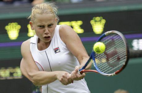 Η Γελένα Ντόκιτς πραγματοποιεί μια επιτυχημένη υποδοχή σε σερβίς της Ιταλίδας αντιπάλου της, Φραντσέσκα Σκιαβόνε, κατά τη διάρκεια του τουρνουά τένις All England Lawn.