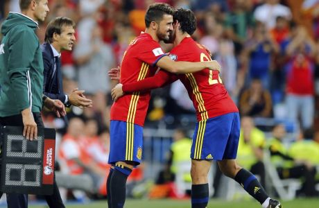 Spain's David Villa replaces teammate Isco, right, during the World Cup Group G qualifying soccer match between Spain and Italy at the Santiago Bernabeu Stadium in Madrid, Saturday Sept. 2, 2017. (AP Photo/Paul White)